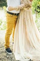 couple en jaune se tenant photo
