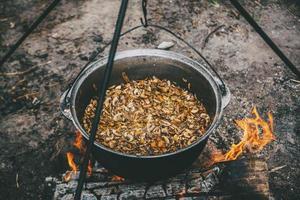 nourriture cuite sur un feu de camp photo