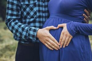couple enceinte tenant le ventre avec coeur