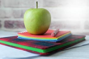 retour au concept de l & # 39; école avec apple sur le bloc-notes sur la table photo