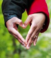 couple main dans la main en forme de coeur