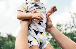 parent tenant un enfant