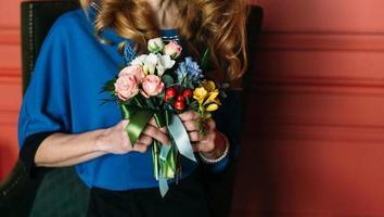 femme tenant un bouquet photo