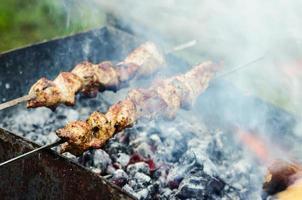 viande en brochettes en cours de cuisson photo