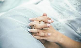 couple main dans la main photo