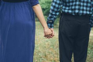 couple dans les mains bleues photo