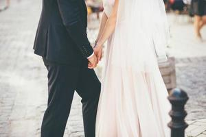 couple marié dans la rue photo