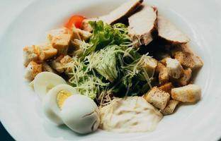 salade césar sur une assiette photo