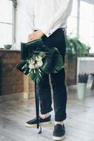 marié tenant un bouquet photo