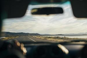 vue sur la route à travers la fenêtre de la voiture photo