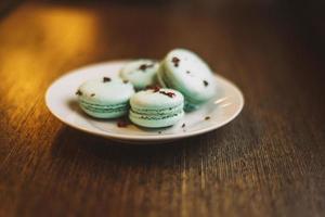 quatre macarons sur une assiette photo