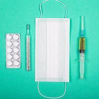 Produits médicaux pour la protection contre la pandémie de coronavirus covid-19 sur fond bleu-vert photo