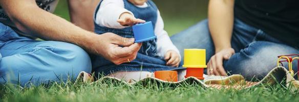 parents jouant avec un enfant dans un parc