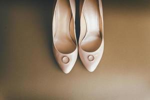 anneaux de mariage sur des talons roses photo