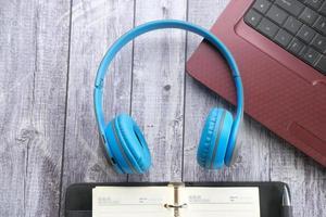 Casque bleu avec planificateur sur un bureau en bois photo