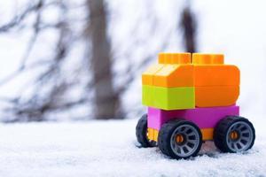 Voiture jouet colorée sur la neige photo