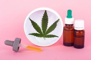Médicaments d'extrait de marijuana sur fond rose photo