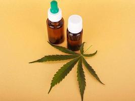 extraire de l'huile de cannabis médical, de l'élixir à base de plantes et un remède naturel contre le stress et les maladies photo
