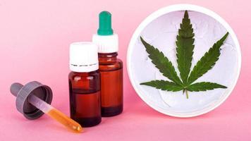 Concept de cosmétiques, de beauté et de soins de la peau au cannabis biologique naturel photo