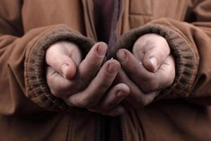 Concept de mendiant, mains tendues d'une personne sans-abri demandant de l'aide