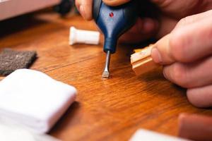 le maître ferme la rayure du parquet stratifié et des meubles en bois photo