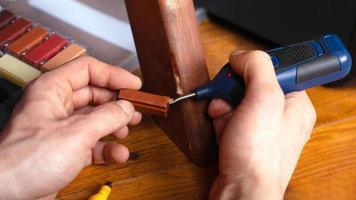 restauration réparation de la surface du bois sur les meubles photo