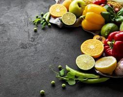 la nourriture saine. fruits et légumes sur fond de béton noir.
