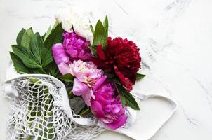 fleurs de pivoine rose dans un sac à cordes