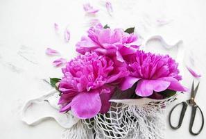 sac en filet avec fleurs de pivoine