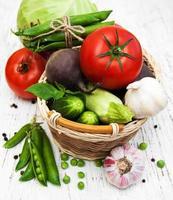 divers légumes sur un vieux fond en bois photo