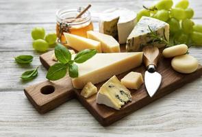 Différents types de fromage sur un fond en bois blanc photo