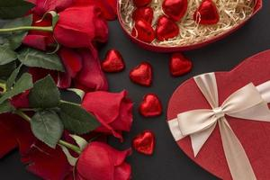 cadeaux de la Saint-Valentin sur fond noir photo