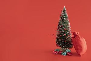 arbre de noël sur fond rouge photo