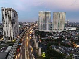 Bekasi, Indonésie 2021- vue aérienne de l'intersection de l'autoroute et des bâtiments de la ville de bekasi photo