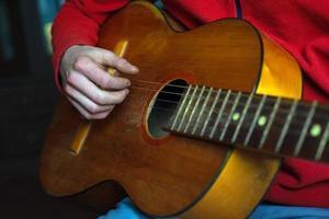 musicien en rouge joue une guitare acoustique photo