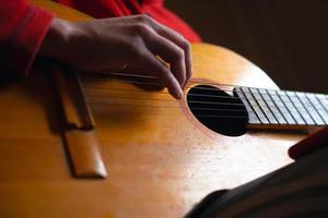 mec joue de la guitare photo