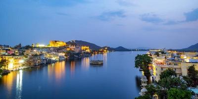 Ville d'Udaipur au lac Pichola dans la soirée, Rajasthan, Inde. photo