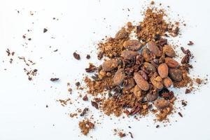 graines de fèves de cacao, éclats de cacao et poudre de cacao isolé sur fond blanc. photo