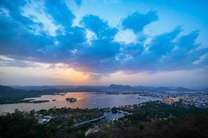 La ville d'Udaipur au lac Pichola dans la soirée, Rajasthan, Inde photo