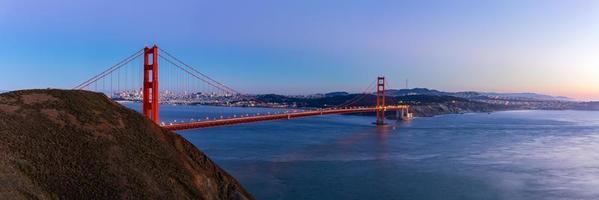 Vue panoramique du Golden Gate Bridge au crépuscule, San Francisco, USA. photo