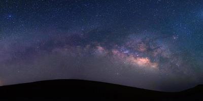 Vue panoramique de la galaxie de la voie lactée dans une nuit photo