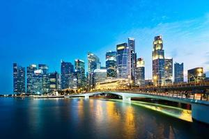 Skyline du quartier des affaires de Singapour dans la soirée photo