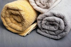 Serviettes de bain multicolores sur fond gris photo