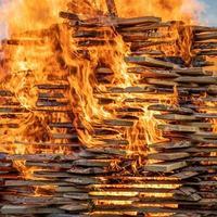 planches de bois brûlant avec de grandes flammes orange