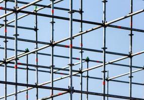 cadre en métal contre un ciel bleu photo