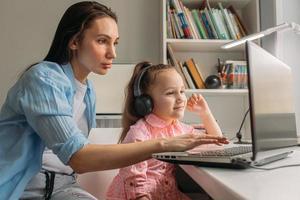 apprentissage à distance maman et fille
