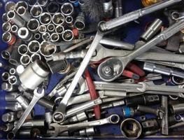 Ensemble sale d'outils à main en désordre dans le garage sur un fond vintage photo