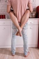 Couple aimant étreindre tout en passant du temps ensemble dans la cuisine à la maison photo