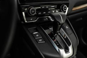 détails de l'intérieur de la voiture élégante, intérieur en cuir. transmission automatique