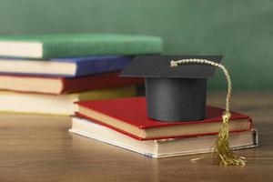 graphique de la journée de remise des diplômes avec casquette sur certains livres photo